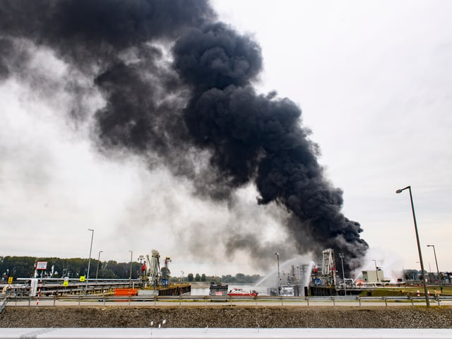 Schwarzer Rauch steigt bei BASF-Gebäude auf.