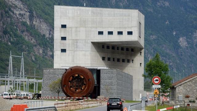 Blick auf das moderne Beton-Gebäude der Betriebszentrale.