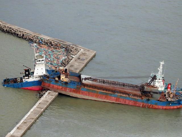 Schiff kracht in Mauer.