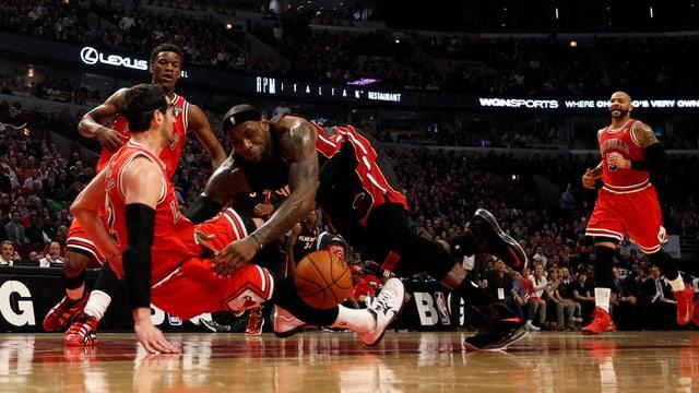 Die Miami Heat (in der Mitte LeBron James) verlieren in Chicago.