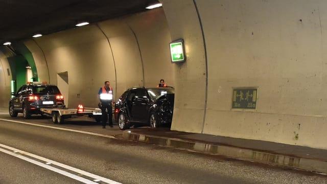 Auto cupitgà cunter il mir dal tunnel.