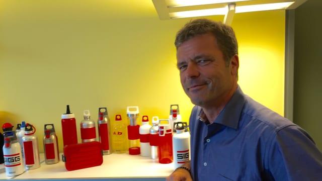 Stefan Ludewig, Sigg-CEO, vor seinen Flaschen.