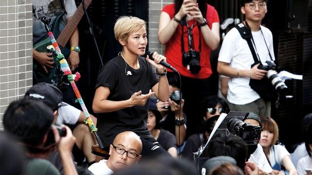 Denise Ho spricht an einer Veranstaltung in Hong Kong, nach der Absage ihres Konzertes durch Lancome.