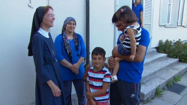 Ordensschwester mit einer syrischen Flüchtlingsfamilie im Gespräch.