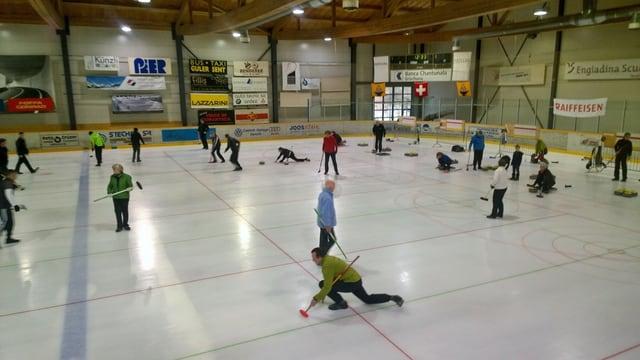 """Ils participants dal turnier che dattan curling en la halla da glatsch """"Gurlaina""""."""