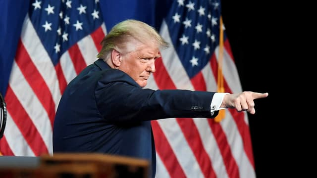 Präsident Trump zeigt mit dem Zeigefinger in die nicht sichtbare Menschenmenge.