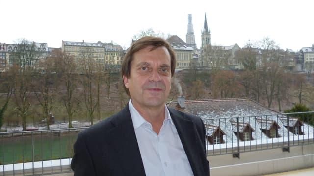 Andreas Zeller steht auf dem Balkon vor seinem Büro und macht einen nachdenklichen Eindruck.