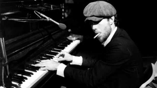 Ein Foto von Tom Waits am Piano, 1970.