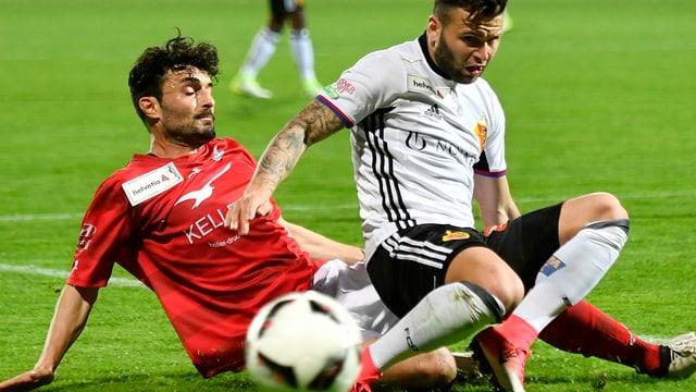 Ein Verteidiger des FC Winterthur holt Basels Renato Steffen von den Beinen.
