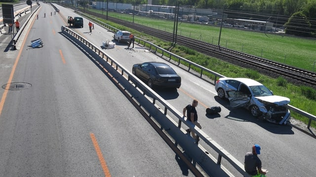 Ils autos donnegiads stattan al ur da l'autostrada.