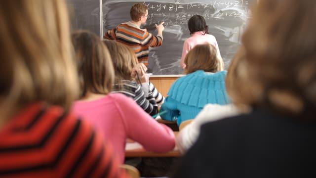 Schüler und Leher an der Tafel
