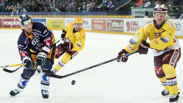 Ils giugader da hockey Jarkko Immonen da Zug e  Daniel Vukovic da Genervra.