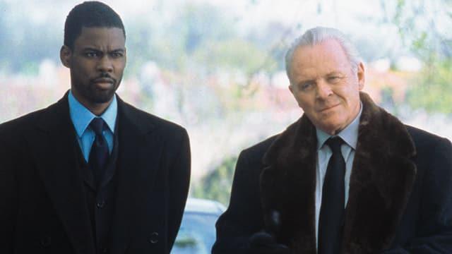 Zwei Männer in Anzug und Kravatte.