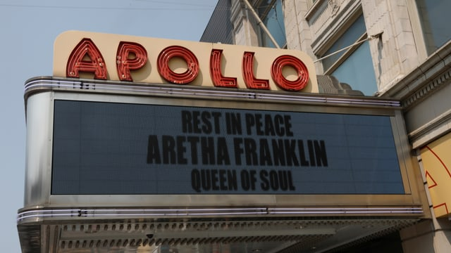 «Rest in Peace, Aretha Franklin, Queen of Soul» über dem Apollo Theatre in Manhattan