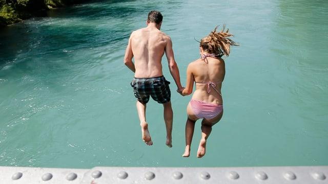 Ein Mann und eine Frau springen vom Schönausteg in die Aare.