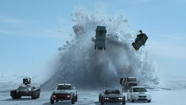 Ein Panzer und drei Autos versuchen einem Atom-U-Boot im ewigen Eis zu entkommen.