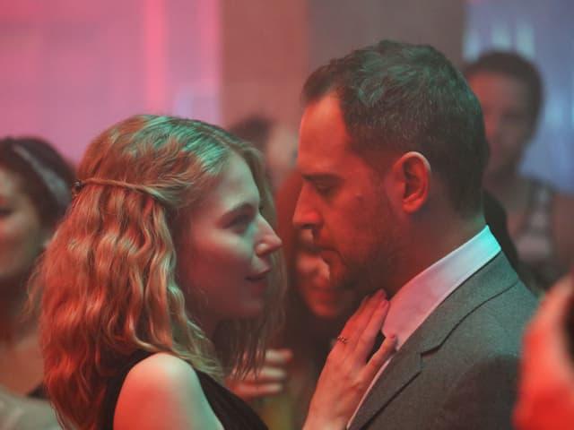 Ein Mann und eine Frau tanzen zusammen.