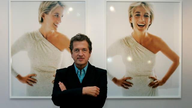 Ein Mann steht vor zwei Aufnahmen von Prinzessin Diana.