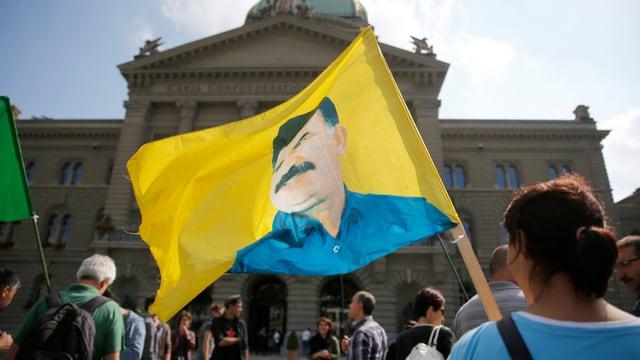 Ein paar Demonstraten versammeln sich vor dem Bundeshaus Bern.