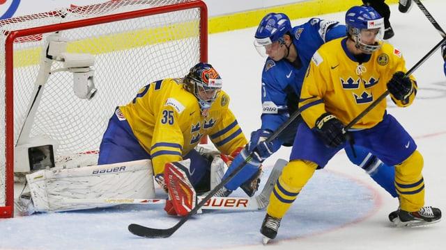 Rasmus Ristolainen (Mitte) erzielte im Final das entscheidende Tor.