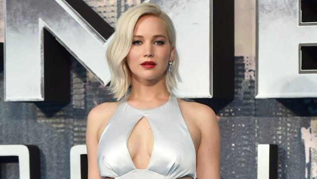 Jennifer Lawrence in silbernem Kleid und mit blondem schulterlangem Haar.