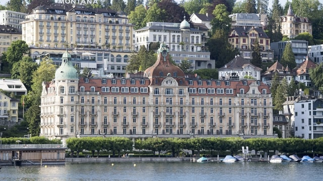 Hotels und Villen am Ufer des Vierwaldstättersees in Luzern.