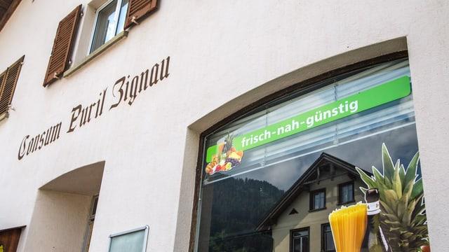L'entrada dal consum a Zignau cun inscripziun.