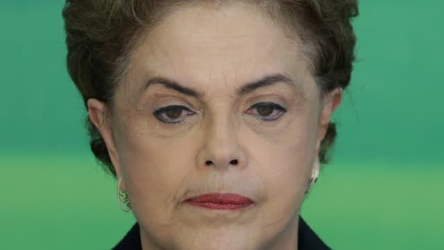 Dilma Rousseff schaut zerknirscht.
