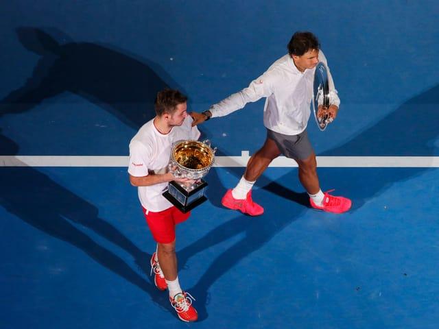 Nadal mit der Silberschale für den Zweitplatzierten, Wawrinka mit dem Siegerpokal auf dem Court.
