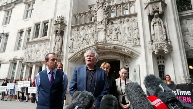 Der nordirische Menschenrechtskommissar Les Allamby gibt vor dem Obersten Gerichtshof in London ein Statement.