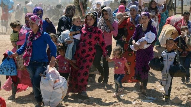 Flüchtlinge verlassen Syrien mit Hab und Gut.