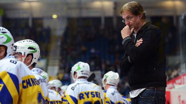 Arno Del Curto schaut über seine Spieler hinweg skepisch aufs Eis.