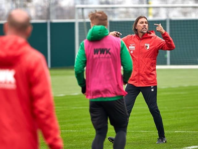 Martin Schmidt beim Training des FCA.