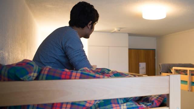 Mann auf Bett.