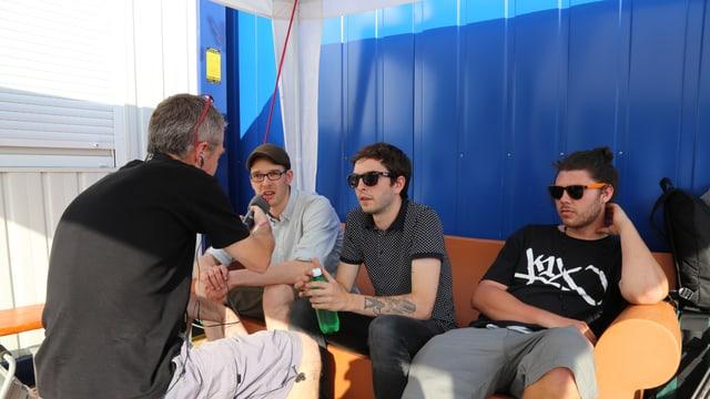 Jachen Prevost intervistescha la band Polyphone. Da sanester: Simon Steiner, Marcus Petendi e Valentin Bezzola.