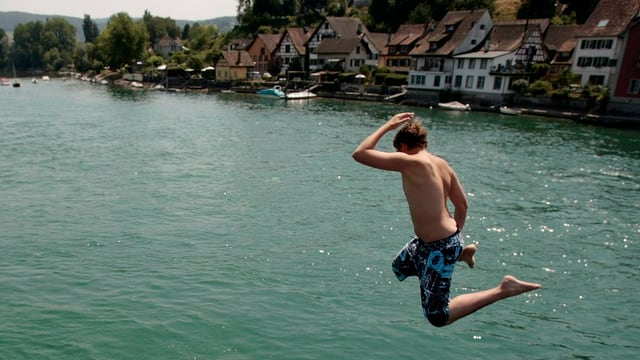 Jugendlicher springt in den Rhein bei Stein am Rhein.
