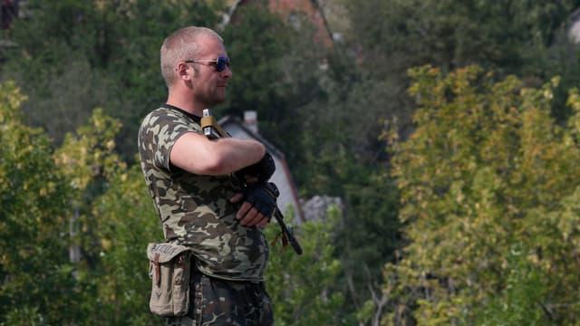 Ein bewaffneter pro-russischer Separatist an einem Checkpoint.