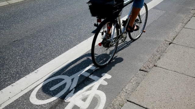 Velofahrer auf Radstreifen