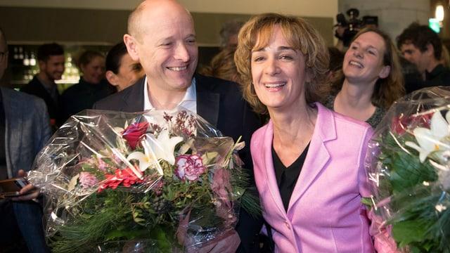 Michael Aebersold und Ursula Wyss mit Blumen nach der Wahl.