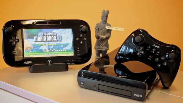Gut bewacht: Wii U mit GamePad und Pro Controller.