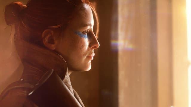 Eine blau geschminkte Frau.