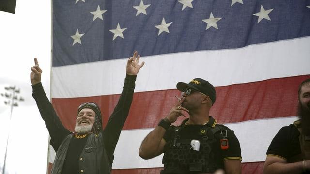 Männer vor US-Flagge