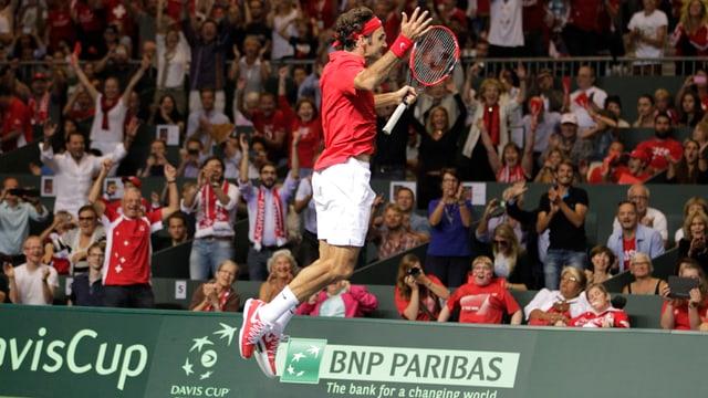 Federer springt aus Freude in die Höhe nach seinem Sieg im Halbfinal des Davis Cups.