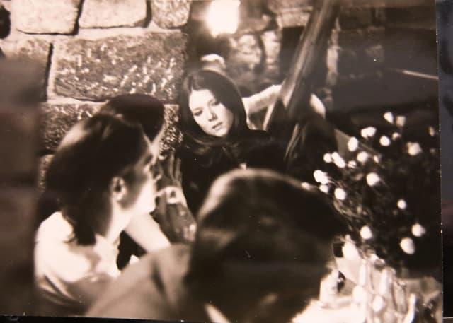 Diana Rigg und andere Schauspieler.