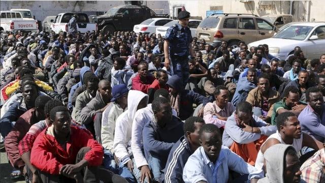 Nach gescheiterter Fahrt nach Europa: Am Hafen von Tripolis werden Migranten gesammelt und dann in ein Lager überführt.