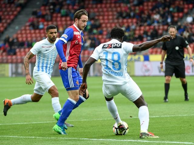 Zürichs Pa Modou und Palsson gegen Basels Zuffi.