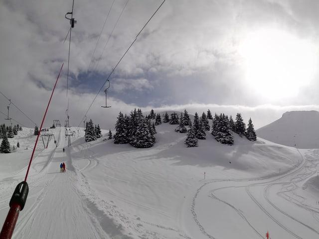 Winterliche Berge von einem Skilift aus gesehen.
