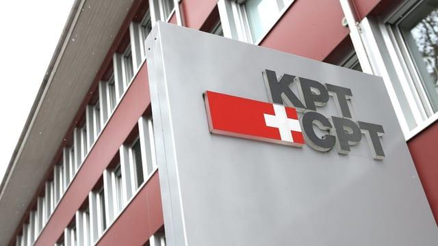 Das Gebäude der KPT von aussen, sichtbar ist zudem das Logo.