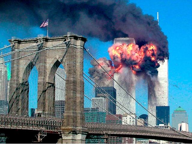 Die Twin Towers in New York, Rauch steigt auf.