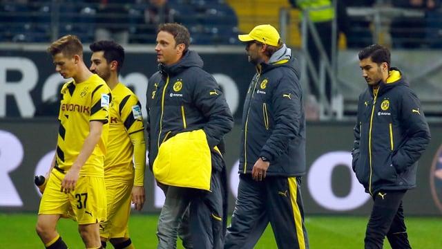 Jürgen Klopp (2.v.r.) und seine Spieler verlassen in Frankfurt enttäuscht den Platz.